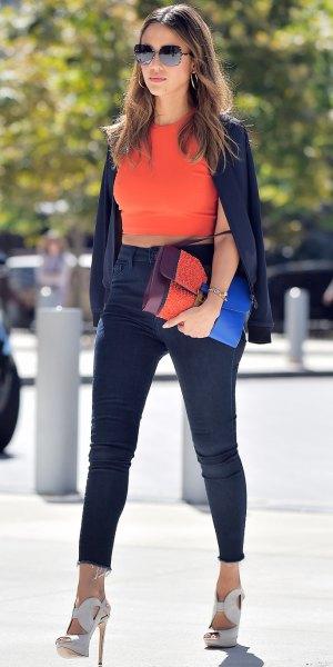 Orange ärmlös crop topp med svarta supermager jeans