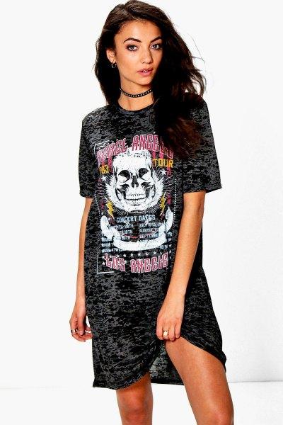 svart grafisk oversized choker t-shirt klänning med sneakers