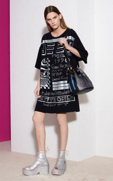 svart överdimensionerad t-shirtklänning med läderhandväska och silverplatta ankelstövlar