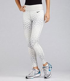 vita och ljusgrå mönstrade Nike löparshorts med svart t-shirt