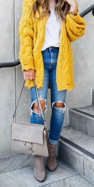 grov kabelstickad kofta med rippade blå jeans