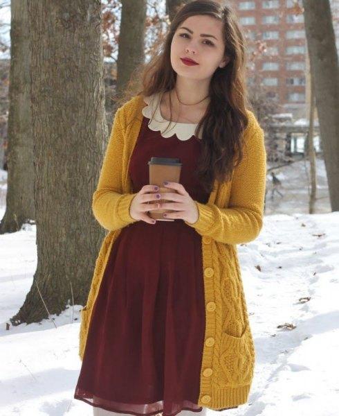 Lång kabelstickad tröja med burgundy miniklänning i chiffong