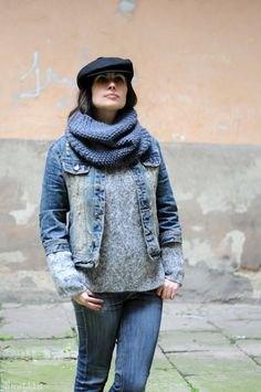 svart jeansjacka med platt keps och grå tröja