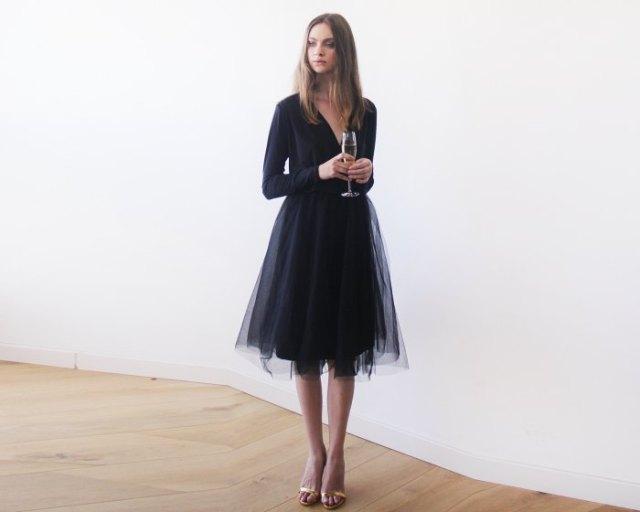 långärmad tyllklänning med V-ringning och lös passform