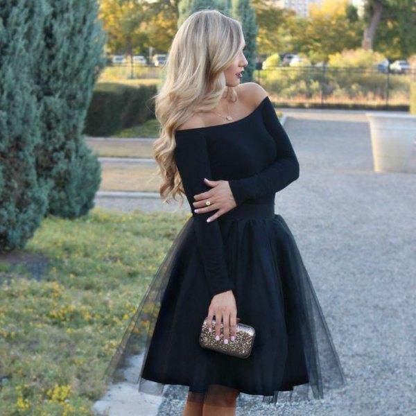 svart axelbandslös tyllklänning silverväska