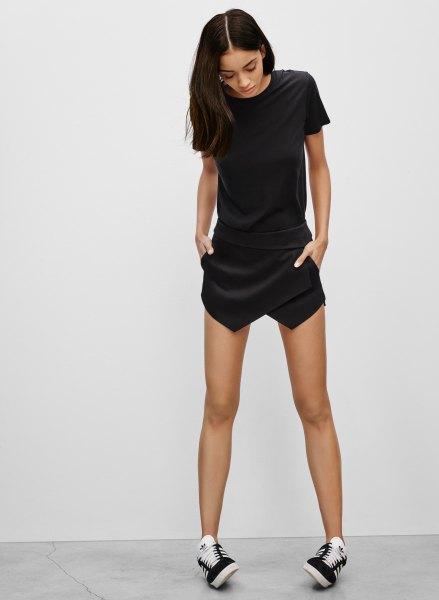 svart t-shirt sneakers svart skort