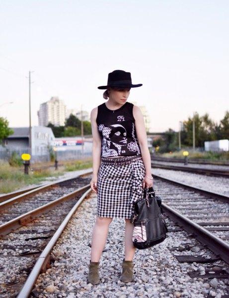Grafisk linne med filthatt och rutig knälång kjol