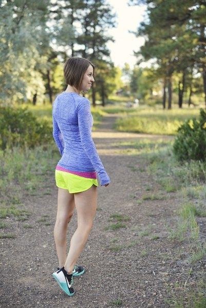 Blå, figur-kramande långärmad T-shirt med citrongula löparshorts