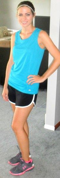 himmelblå linne med svarta och vita shorts