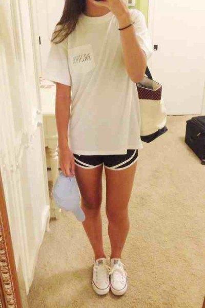 vit oversized t-shirt med svarta löpshorts