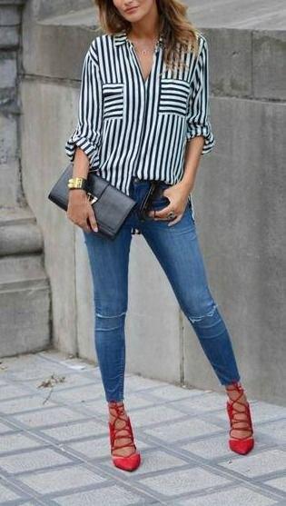 svartvit randig skjorta med knappar, blå jeans och röda snörskor