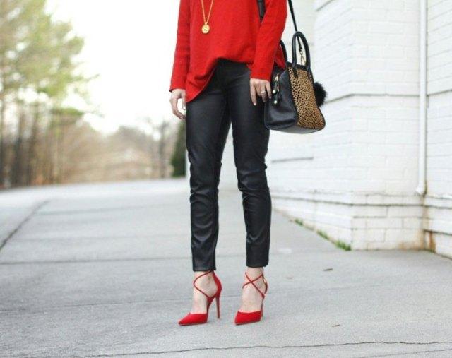 röd tröja med svarta läderbyxor och remmar i klackarna