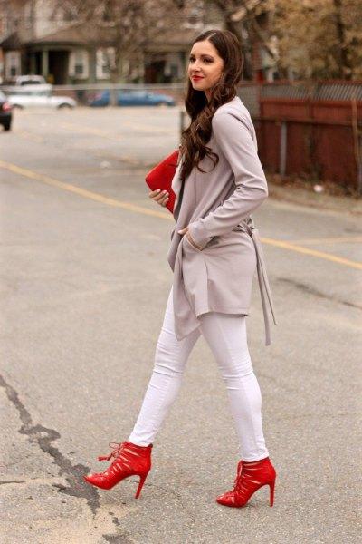 grå lång casual blazer med vita skinny jeans och röda klackar