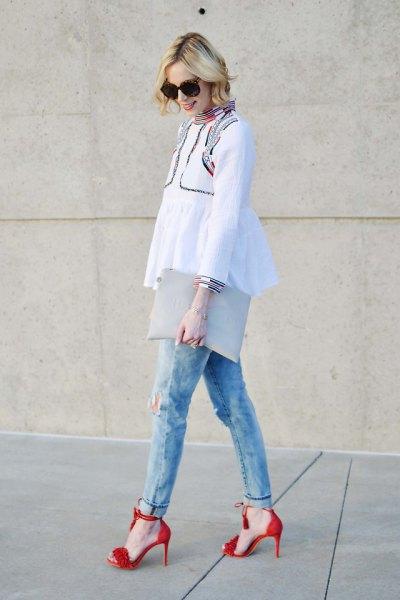 vit peplum-topp med ljusblå slim fit-jeans med manschetter och röda klackar