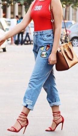 röd ärmlös t-shirt med blå broderad pojkvän jeans