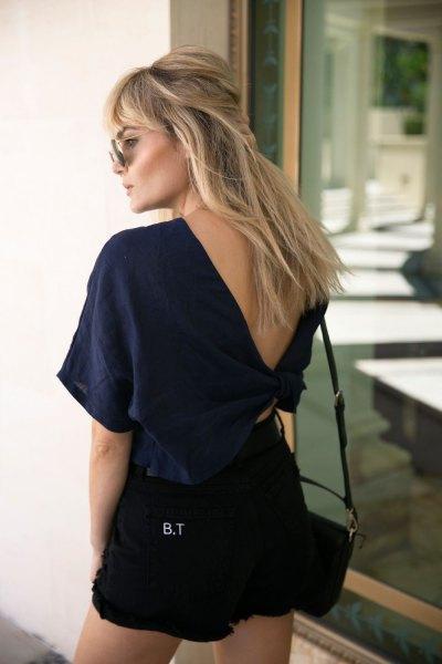 Mörkblå V-ringad t-shirt och svarta jeansshorts