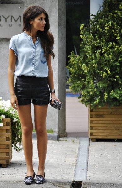 Ljusblå chambray kortärmad skjorta med svarta, mini-belagda jeansshorts