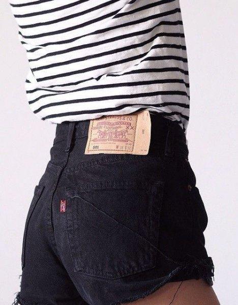 svartvit randig långärmad T-shirt med höghöjds denim-shorts