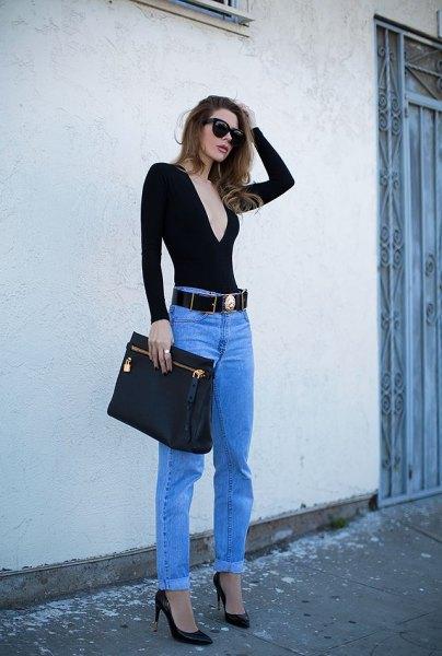 svart, lågslungad, långärmad V-ringad t-shirt, blå jeans och cowboybälte