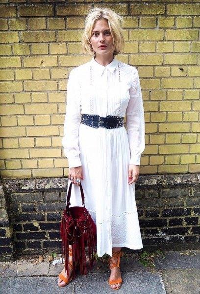 vit maxikjortklänning med knappar och svart bälte