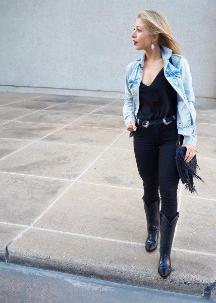 blå jeansjacka med svart cowboybälte
