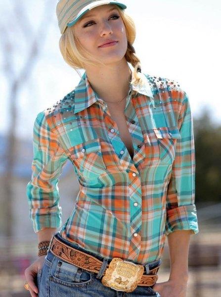 gyllene cowboybälte med orange och rosa rutig skjorta