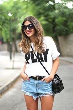vit t-shirt med ljus himmelblå jeansshorts och svart läderbälte