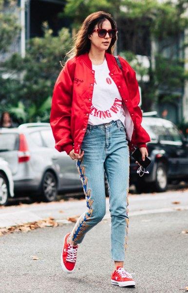 röd bomberjacka med vit grafisk t-shirt och broderade mamma-jeans