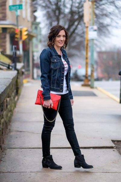 Mörkblå jeansjacka med vit t-shirt och svarta jeans med smal passform