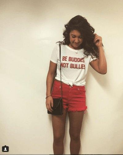 knuten grafisk t-shirt med röda mini-shorts