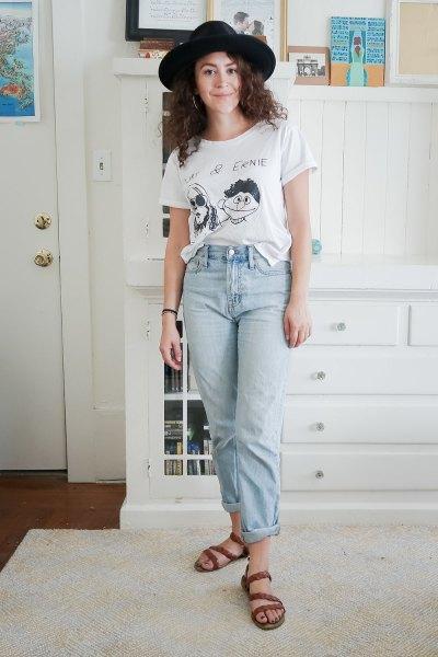 svart filthatt med vit grafisk t-shirt och mamma jeans