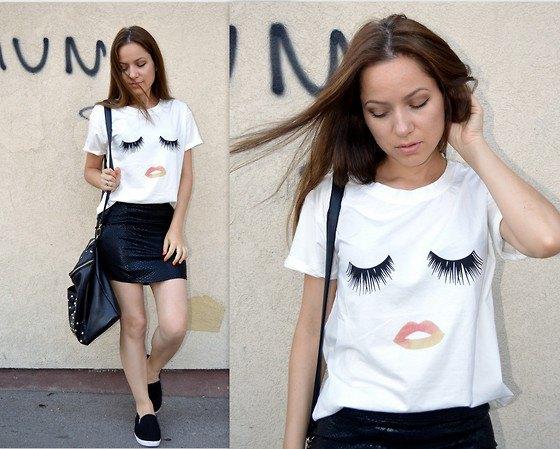 vit rolig grafisk tee med svart mini läder kjol