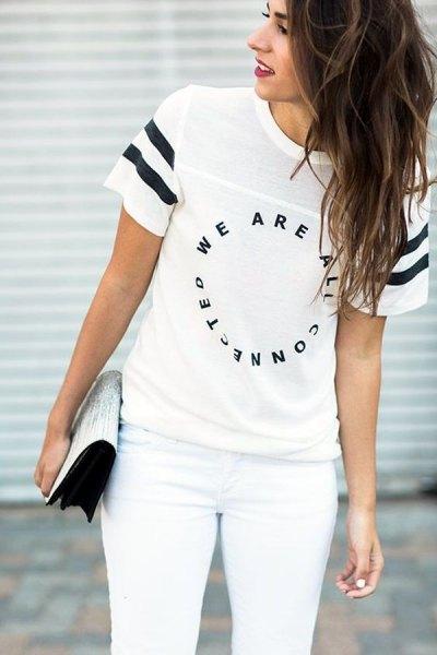 vit t-shirt med coolt tryck, matchande smala jeans och koppling med paljetter
