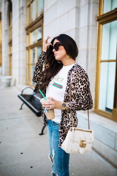 vit t-shirt med leopardmönstrad jacka och rippade blå jeans