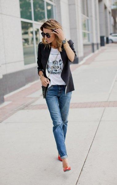 svart skinnjacka med vit tryckt t-shirt och blå manschettkavaj