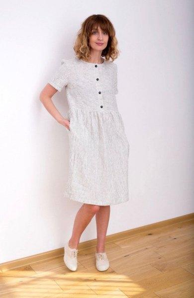 vit randig knälång klänning med knappar