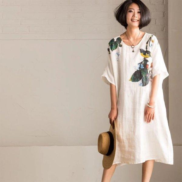 vit gungklänning i linne med blommönster