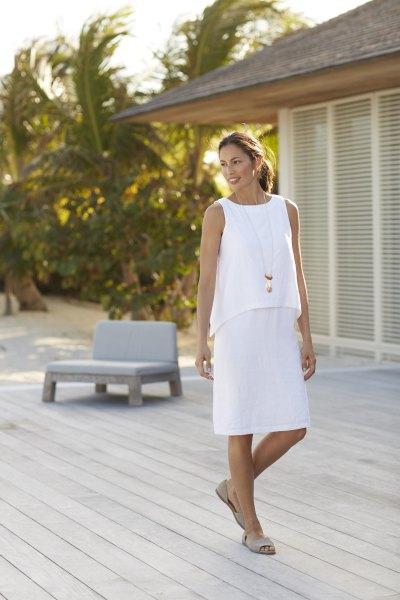 vit ärmlös, två lager, knälång klänning