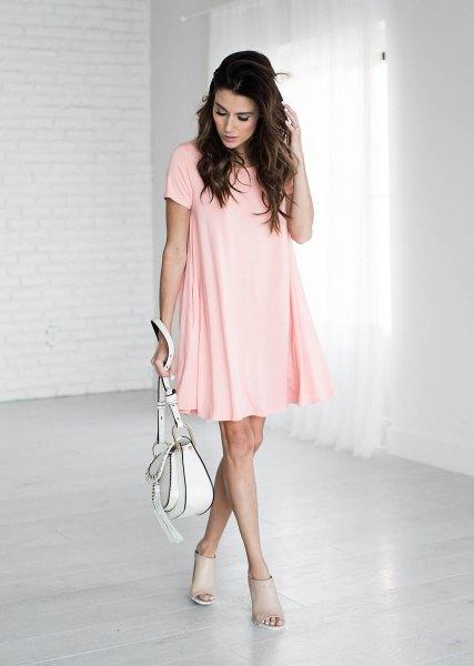 blekrosa kortärmad mini-swingskjortklänning med korta öppna tåstövlar