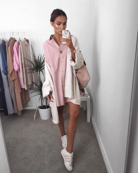 Miniskjortklänning med rosa knappar och vit, stor kofta