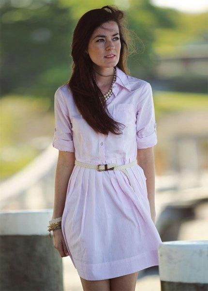 ljusrosa miniklänning med knappstängning och silverfärgad kedja
