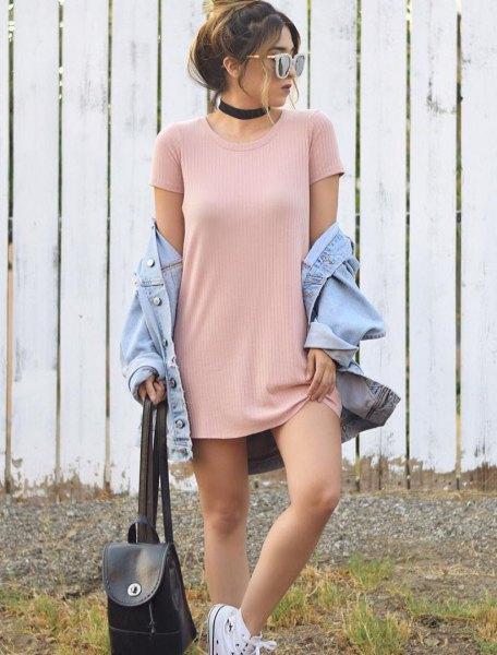 Ljusrosa ribbad mini-t-shirtklänning med ljusblå jeansjacka