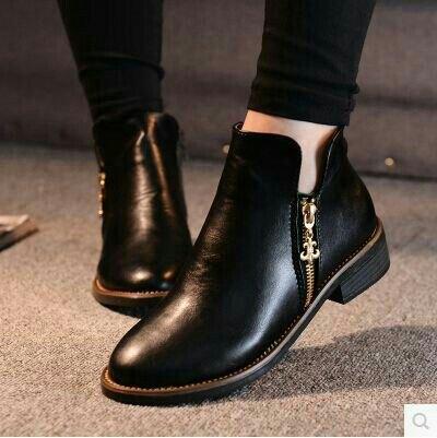 svarta skinny jeans med korta läderstövlar med dragkedjor