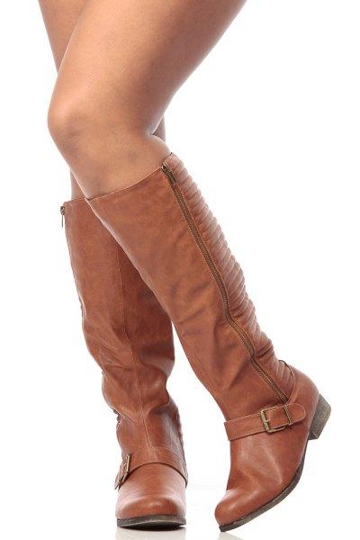 knähöga stövlar i brunt läder med dragkedja och grå tröja klänning