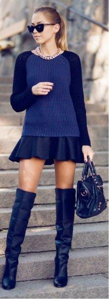Mörkblå, passande tröja med svart mini veckad kjol och overknee stövlar