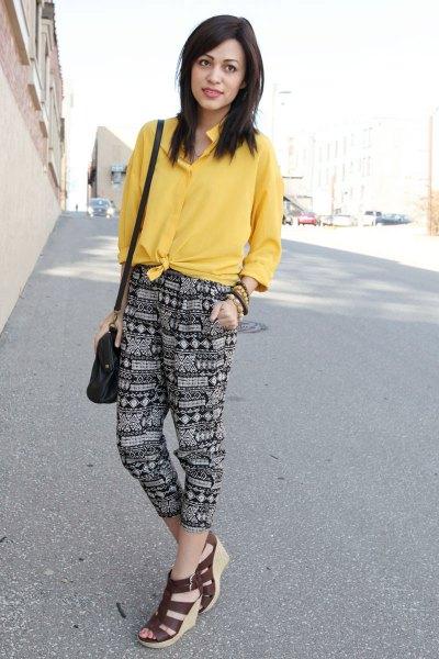 gul knuten skjorta tryckta byxor