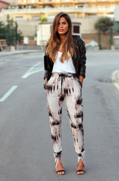 svarta och vita byxor svart läderjacka