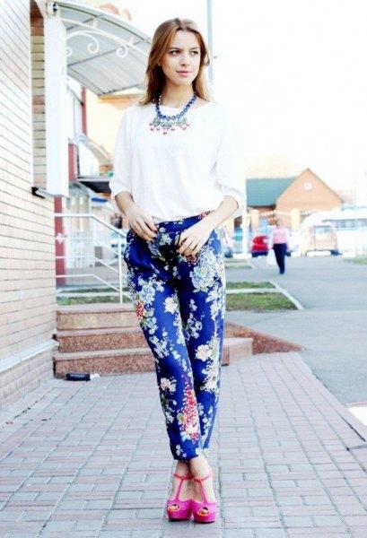 blå tryckta byxor vit blus rosa klackar