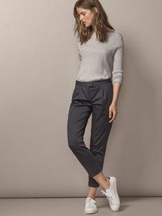 grå chinos stickad tröja outfit