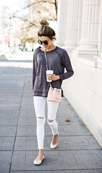 ljunggrå, tjock tröja, vita, rippade skinny jeans